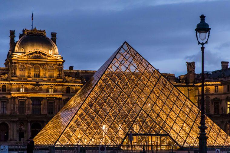 Von außen sieht der Pariser Louvre aus wie eine Pyramide.