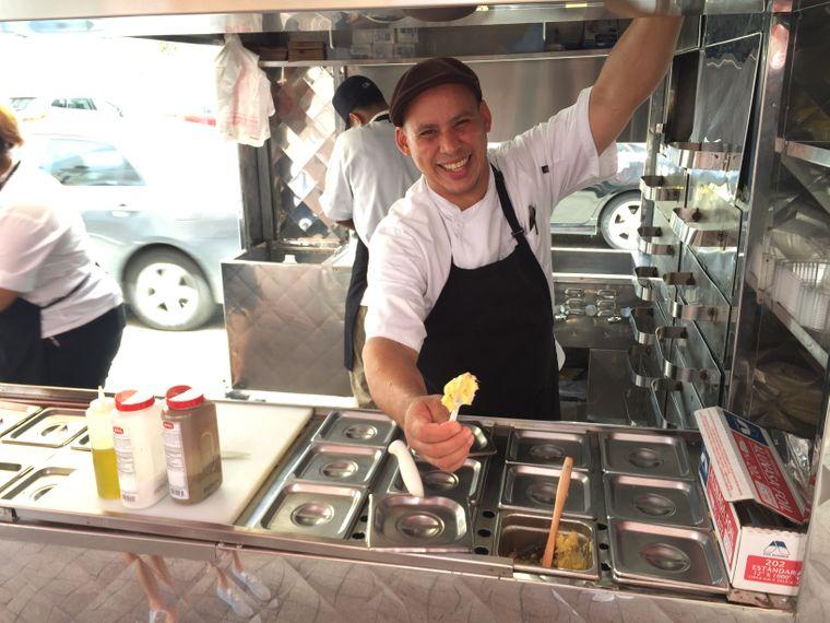 William Perez in seinem Streetfood-Wagen in Ponce, Puerto Rico.