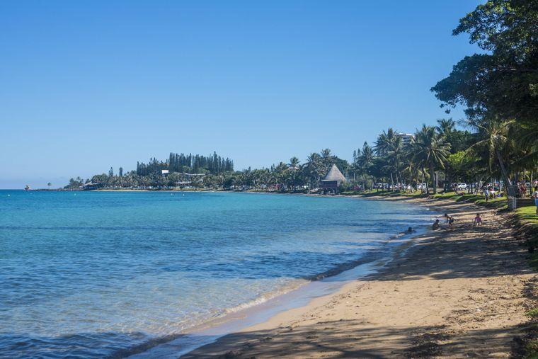Am Anse Vata Beach in Neukaledonien kannst du viele Kite- und Windsurfer beobachten. Wenn du das vom Liegestuhl aus machen möchtest, musst du 27,45 Euro zahlen (inklusive Eintritt und Sonnenschirm).