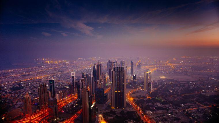 Leuchtende Skyline von Dubai, Vereinigte Arabische Emirate.