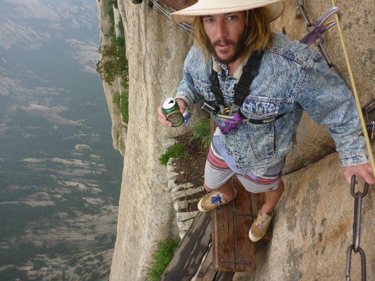 Sieht gefährlich aus: In China ging Tyral den Plank Trail am Hua-Shan-Berg.