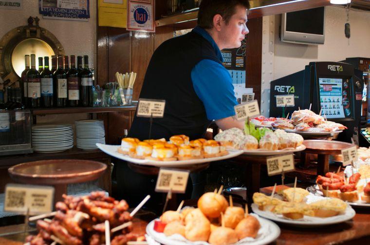 Ein mit Tapas reich gedeckter Tisch in San Sebastián im Baskenland.