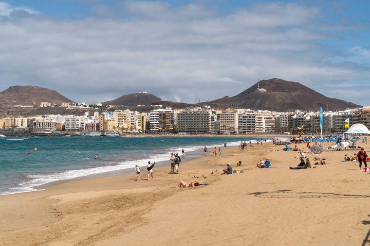 Der Stadt-Strand Playa de Las Canteras und Las Palmas de Gran Canaria auf Gran Canaria.