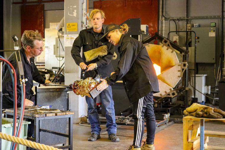 Glasdesignerin Hanna Hansdotter zeigt in der Glass Factory in Boda mit zwei Helfern, wie sie arbeitet.