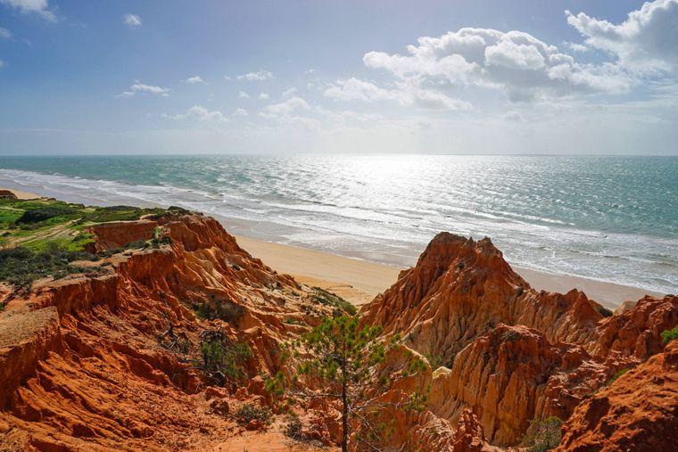 Die Küstenlandschaft der Sandalgarve am Falésia Beach in Portugal.