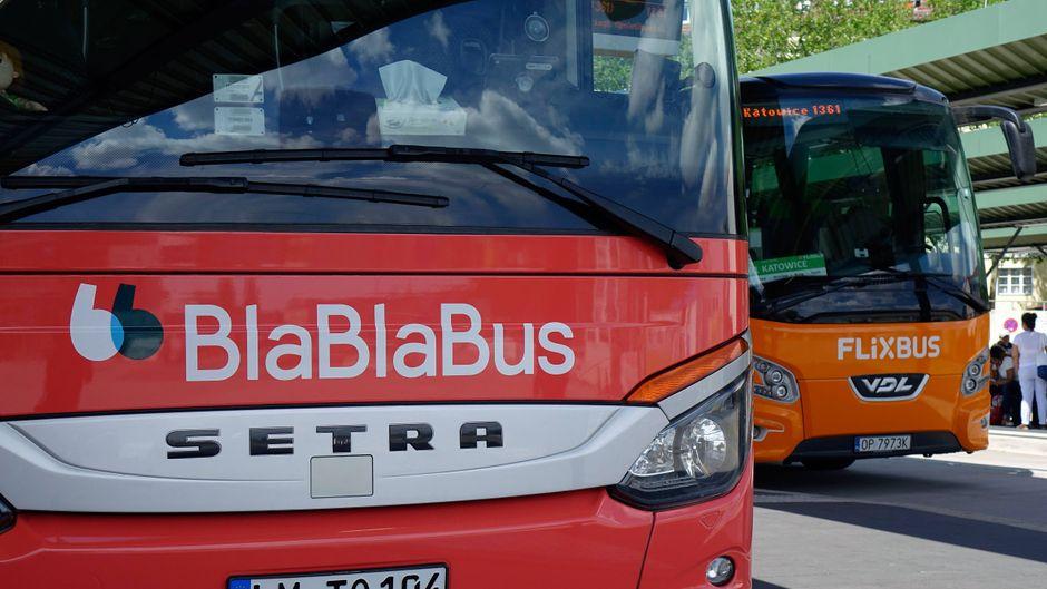 Ein BlaBlaBus und ein Flixbus am Berliner Busbahnhof.