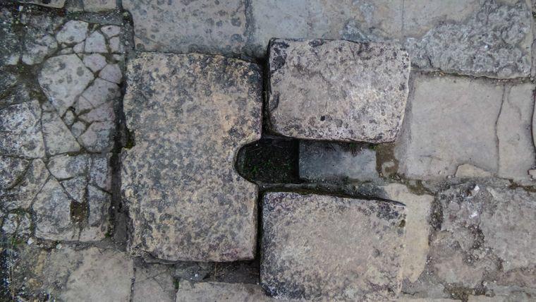 Dieses Bild zeigt eine Kloschüssel aus Stein.