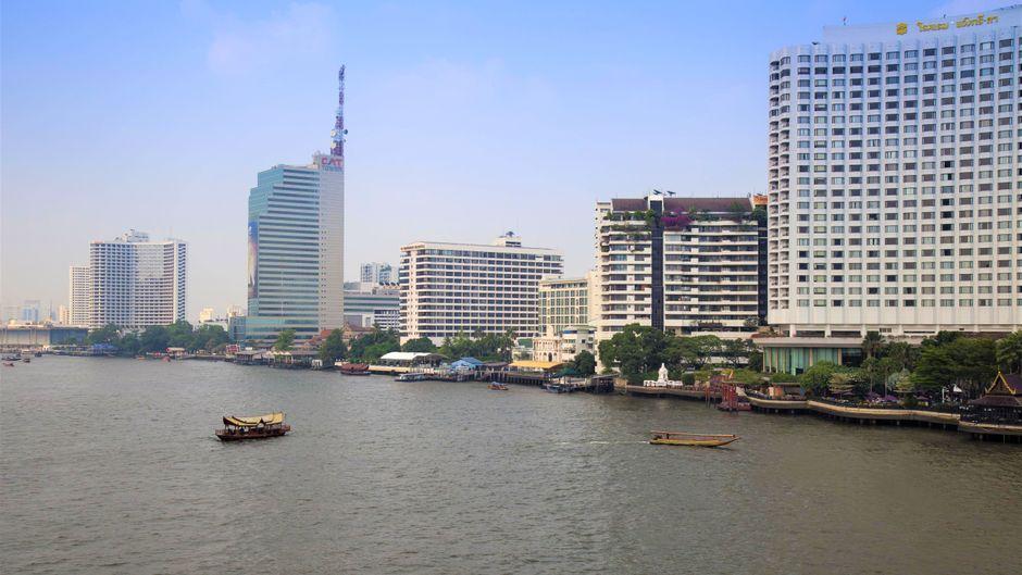 Hochhäuser am Chao-Praya-Fluss in Bangkok.