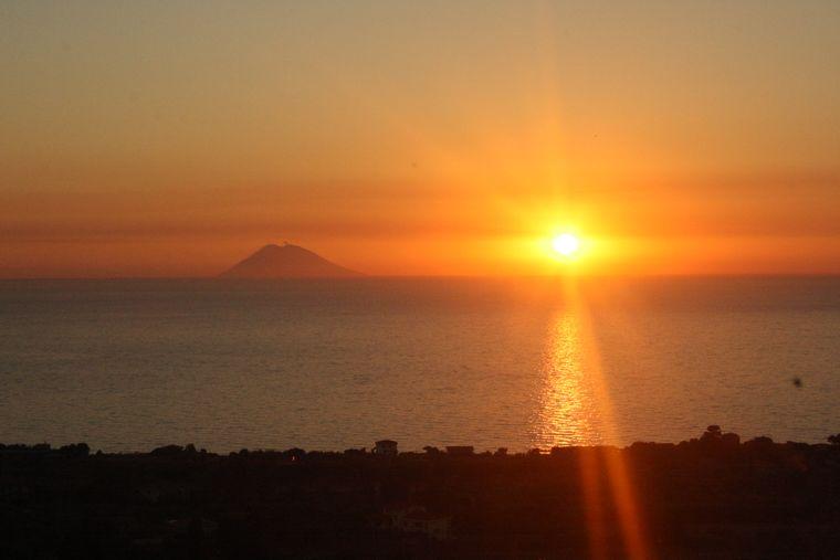 Sonnenuntergang mit Sicht auf den Vulkan Stromboli.