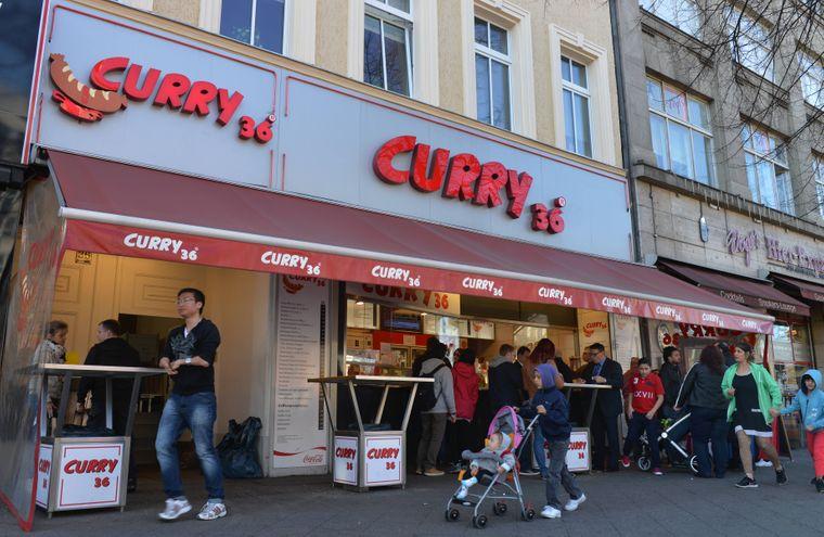 Curry 36 wird vom Lonely Planet als Adresse für gute Currywurst empfohlen.