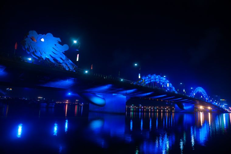 Die Dragon Bridge in Da Nang leuchtet nachts besonders schön.