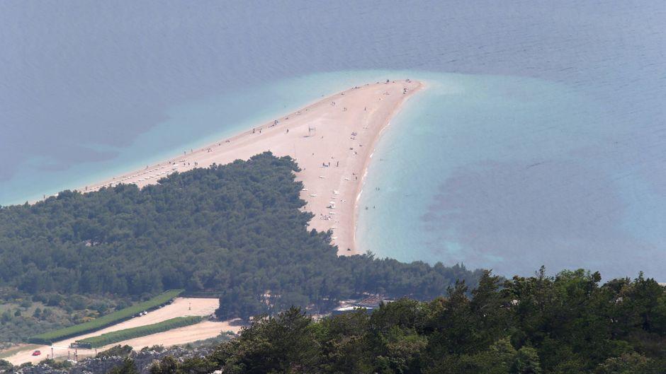 Der Strand Zlatni rat auf der Insel Brac in Kroatien.