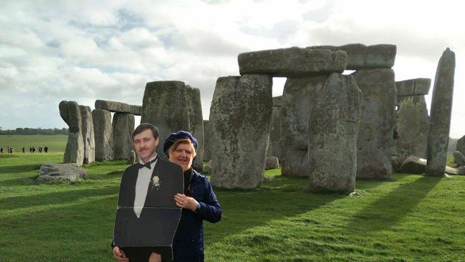Michelle und Paul stehen vor Stonehenge.
