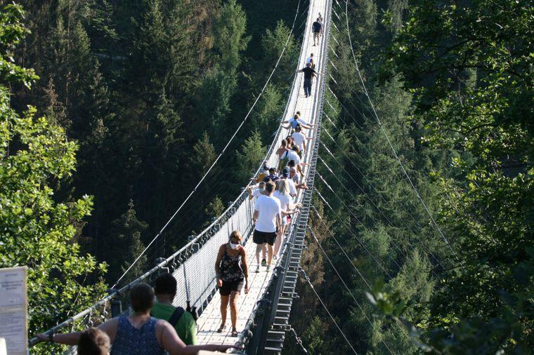 Die Hängeseilbrücke Geierlay bei Mörsdorf im Hunsrück gewährt dir einen besonderen Blick über das wunderschöne Tal.