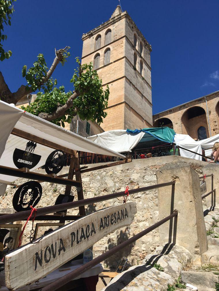 Ein wenig abseits, unterhalb der Kirche auf der Plaça Es Mercadal, bieten Kunsthandwerker ihre Waren an.