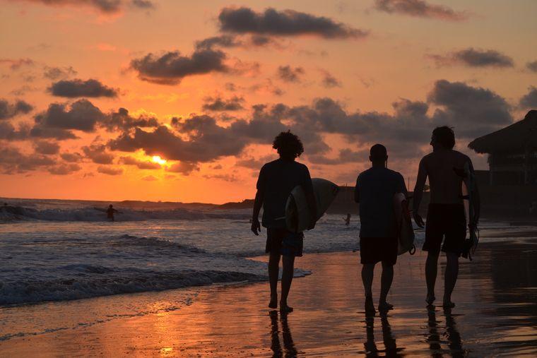Nick mit einheimischen Freunden am Strand. Auf den Fidschi-Inseln wurde er mit einer Harpune angeschossen. Durch den Unfall blieb er länger dort als geplant.