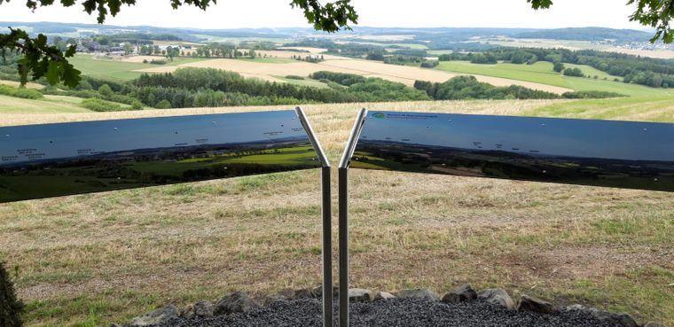 Was ist in der Eifel-Landschaft eigentlich zu sehen? Wenn du auf der Wirftbach-Schleife unterwegs bist, kannst du dich dank der Panotafeln gut informieren.