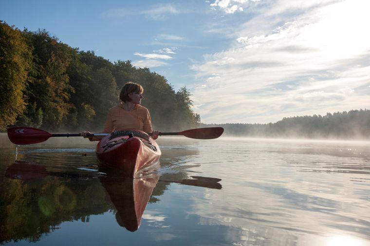 In Brandenburg warten zahlreiche Seen auf dich - zum Beispiel für eine idyllische Kanutour.