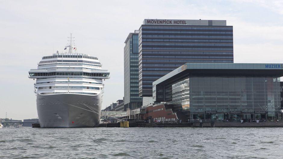 """Das Kreuzfahrtschiff """"Costa Pacifica"""" liegt im Hafen von Amsterdam neben dem Mövenpick-Hotel."""