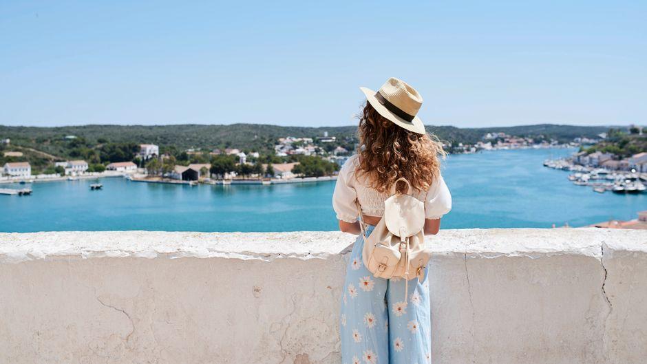 Eine Frau blickt auf das Meer in Spanien.