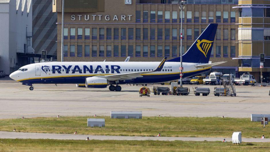 Ryanair-Flugzeug steht vorm Flughafen in Stuttgart.