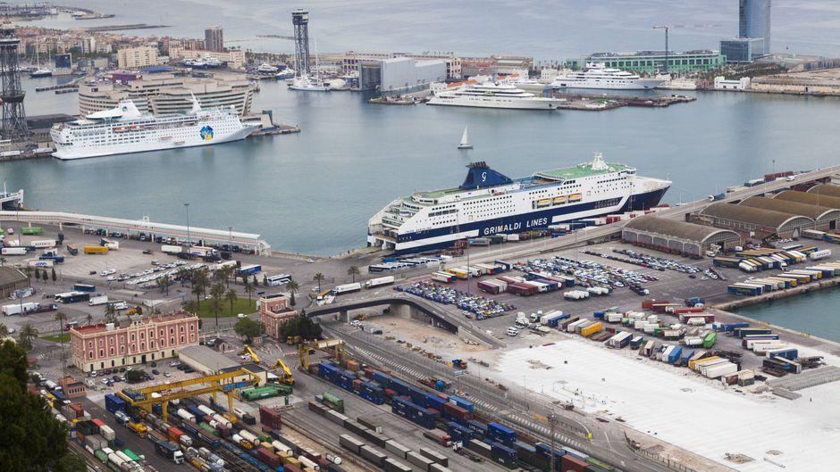 Kreuzfahrtschiffe liegen an den Terminals von Barcelona.