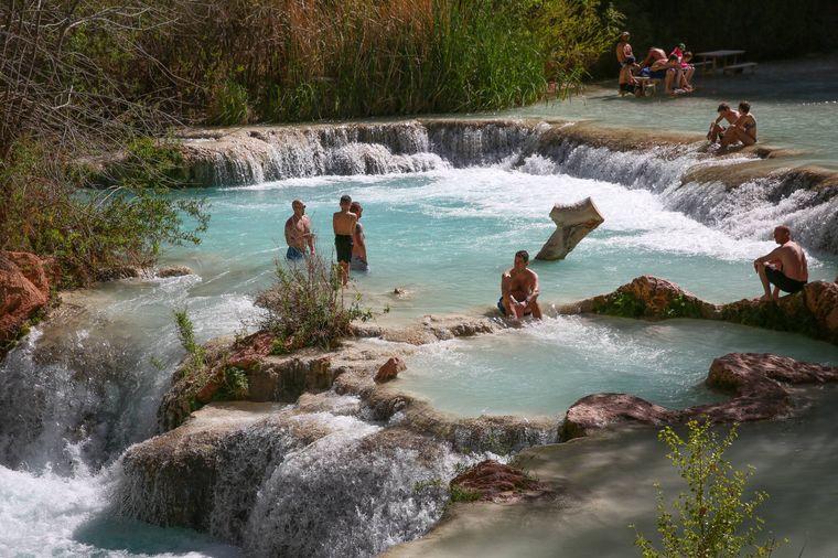 Besucher baden im Havasu Creek.