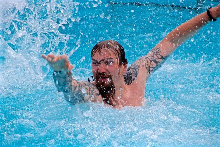 Passagier auf Full Metal Cruise schwimmt im Pool