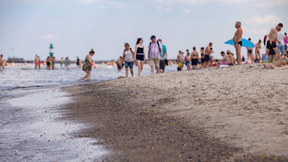 Strandbesucher an der Ostsee in Rostock-Warnemünde.