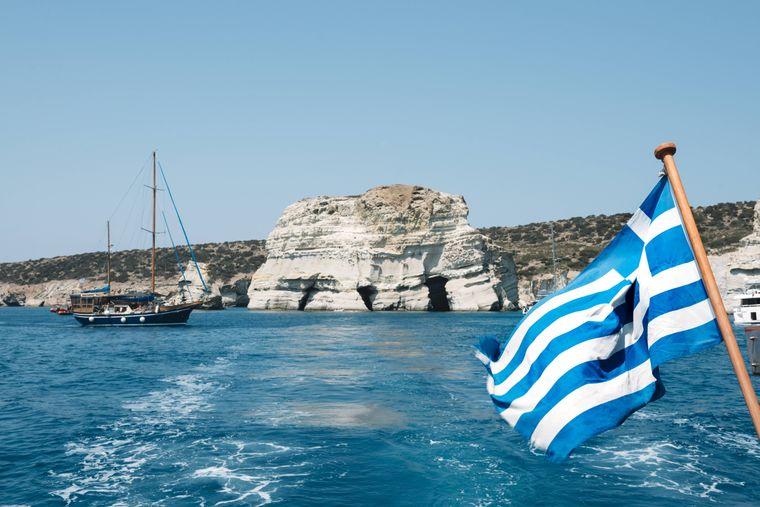 An der Küste Griechenlands: Ein kleines Boot hat gerade vom Kleftiko Beach abgelegt.