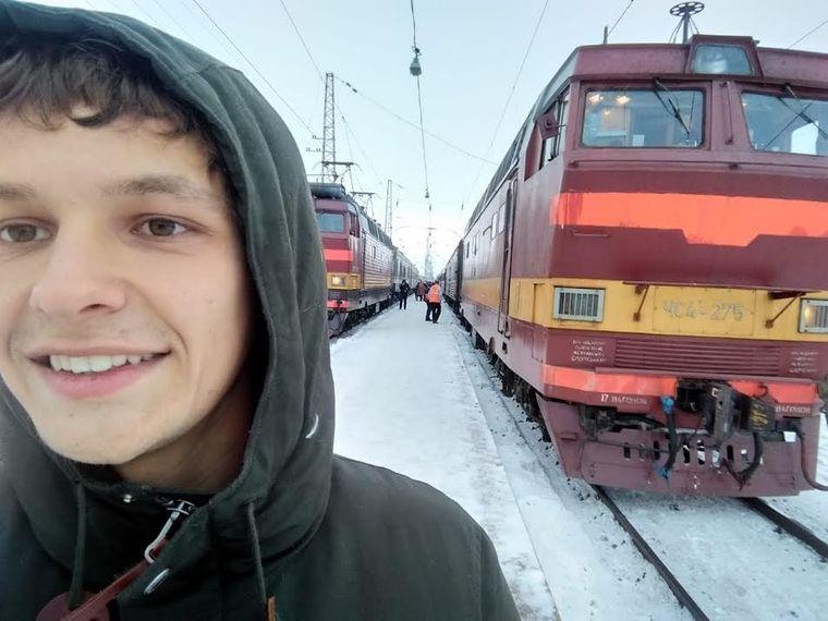 Elias Bohun vor der Transsibirischen Eisenbahn.