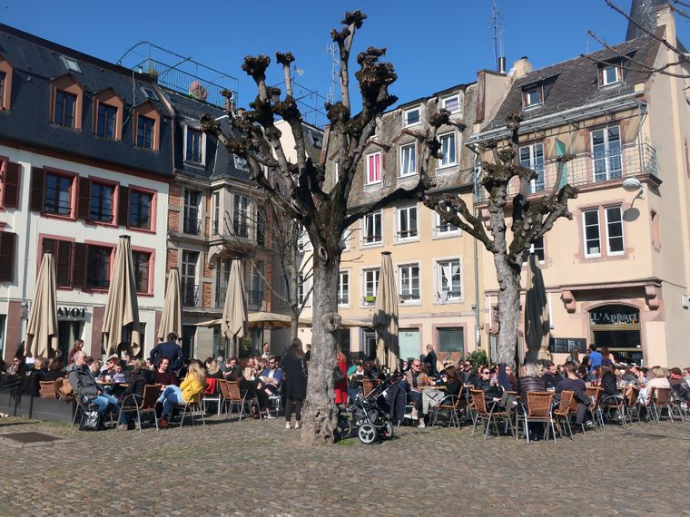 Restaurantbesucher auf dem Place du Marché-Gayot in Straßburg.