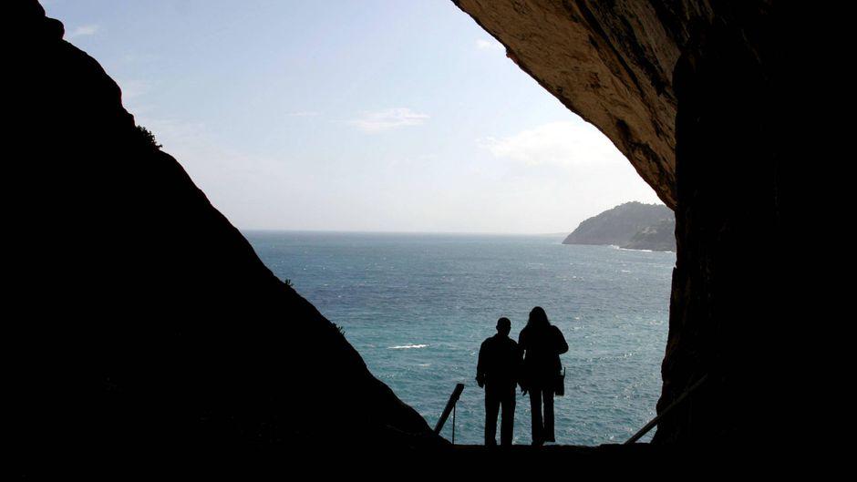 Höhle mit Meerblick: Bei diesen Aktivitäten in Cala Ratjada lernst du Mallorca von einer anderen Seite kennen.