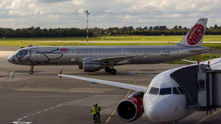 Ein Niki-Flugzeug am Flughafen Düsseldorf.