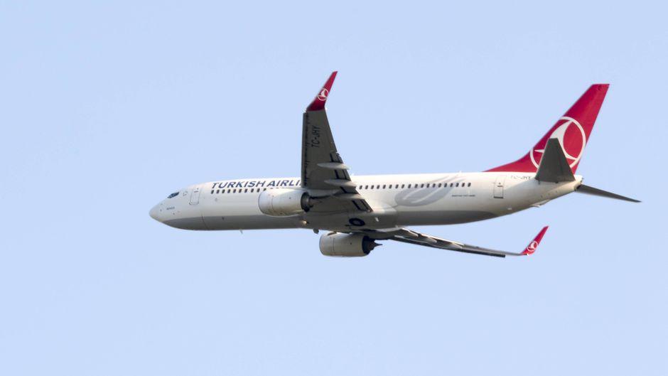 Eine Boeing 737-800 (TC-JHY) der Turkish Airlines startet vom Flughafen Leipzig/Halle.