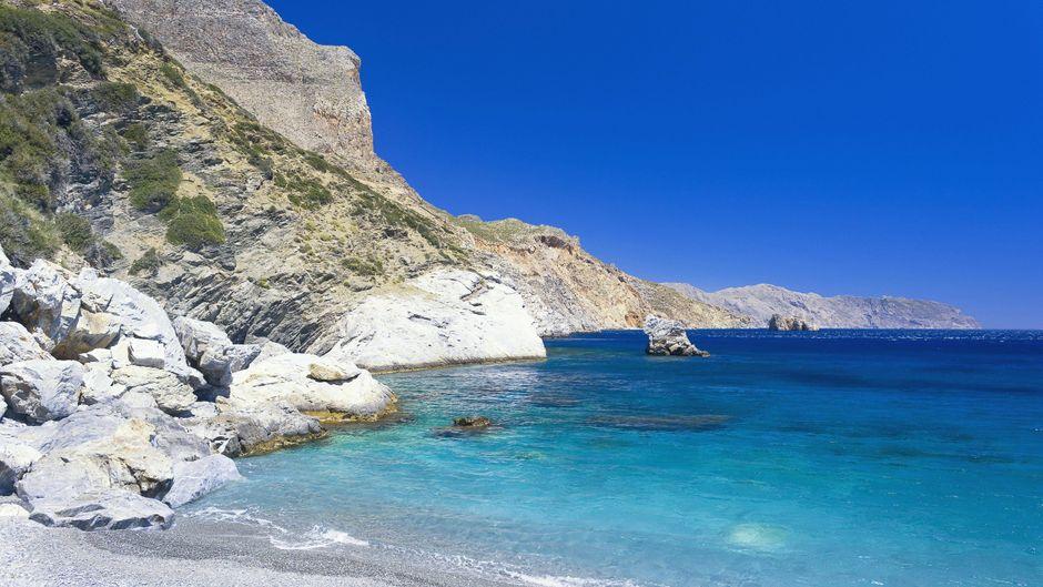 Türkisfarbenes Wasser am Agia Anna Beach auf der Insel Amorgos in Griechenland sorgt für Urlaubsfeeling.