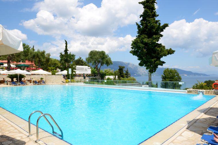 So sieht Luxus pur aus: Ein Schwimmbecken der zahlreichen Luxushotels auf Korfu lädt zum Baden ein.