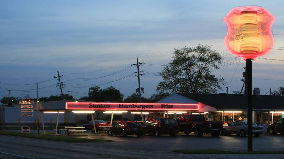 Bildnummer: 52034208  Datum: 04.05.2007  Copyright: imago/imagebroker/szönyiDrive-In an der legendären Straße - Route 66 - in Illinois, Landschaft , Highlight; 2007, Illinois, Straßen, Polk-a-Dot, Restaurant, Restaurants, Schnellrestaurant, Schnellrestaurants, Gastronomie, Schild, Reklame, sixtysix, sixty-six, Abend; , quer, Kbdig, Totale, Vereinigte Staaten von Amerika,  , Reisen, Nordamerika, USABildnummer 52034208 Date 04 05 2007 Copyright Imago imagebroker szönyi Drive in to the legendary Road Route 66 in Illinois Landscape Highlight 2007 Illinois Roads Polk a dot Restaurant Restaurants Fast Food Quick restaurants Gastronomy Shield Advertisment Sixtysix Sixty Six Evening horizontal Kbdig long shot United States from America Travel North America USA imago stock&people
