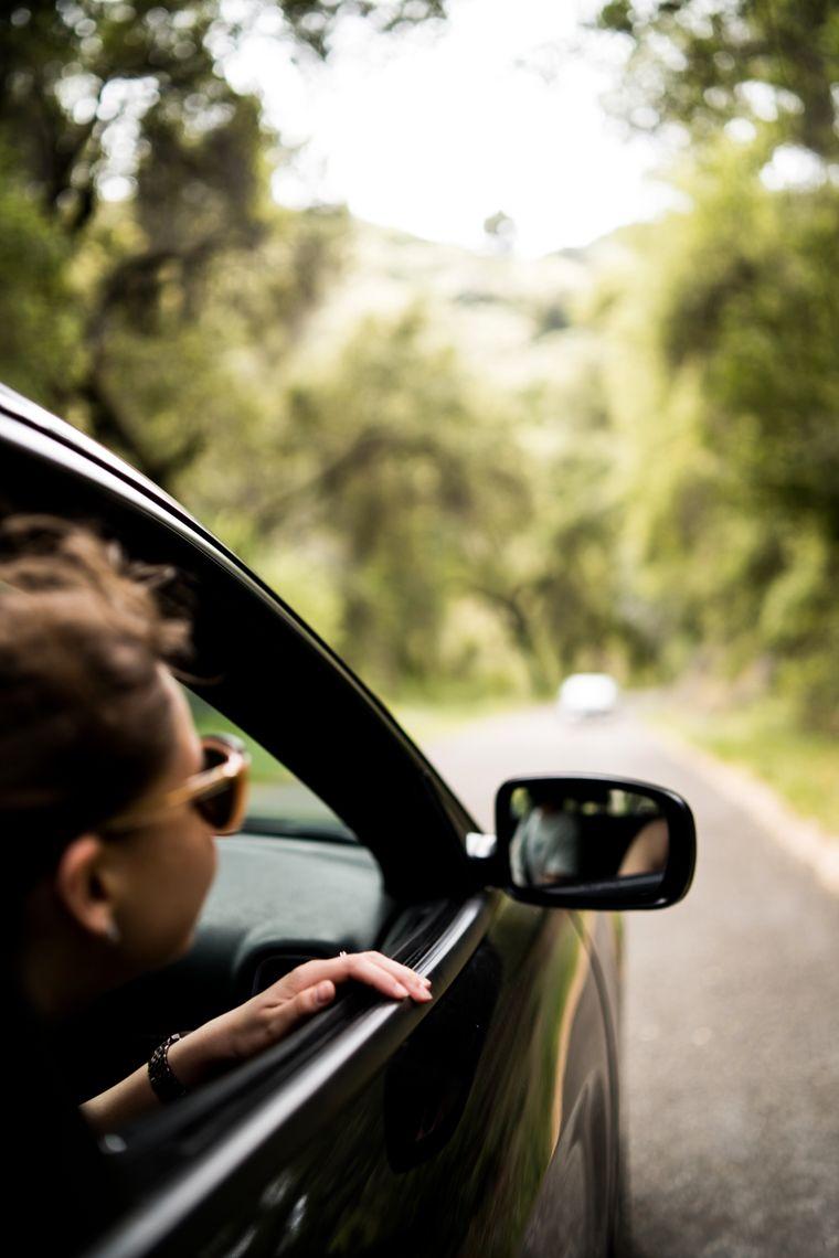 Eine Frau schaut aus dem Autofenster.