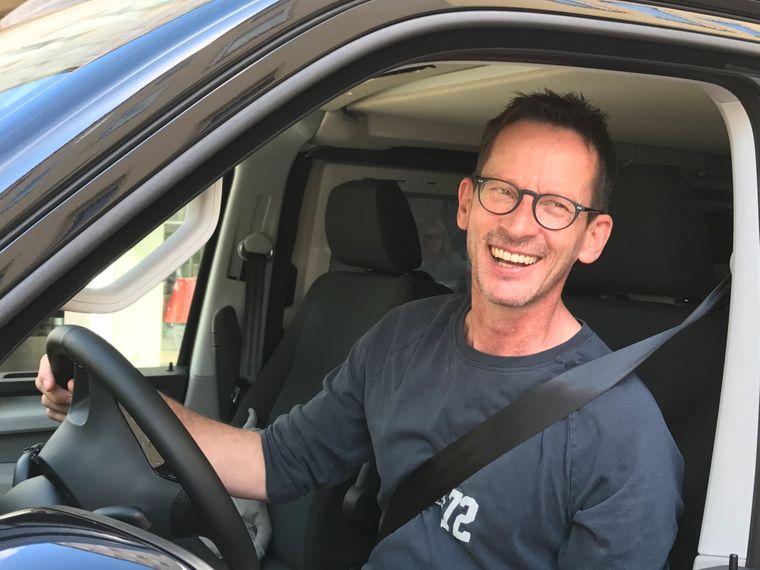 Rolf Grotegut macht einen Roadtrip und sitzt am Steuer seines Bullis.