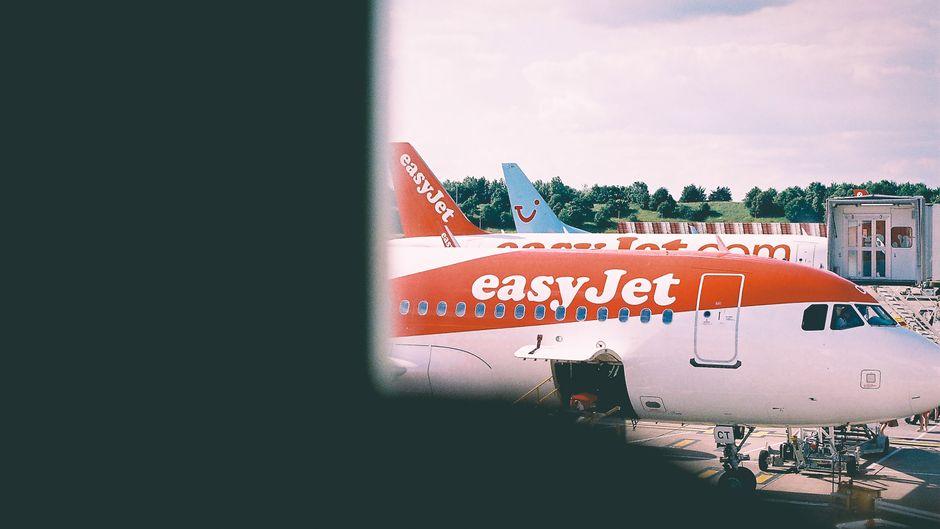Blick auf einen Easyjet-Flieger.