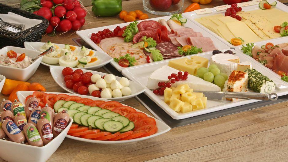 Gemüse, Fisch, Wurst und Käse, angerichtet bei einem Frühstücks-Buffet.