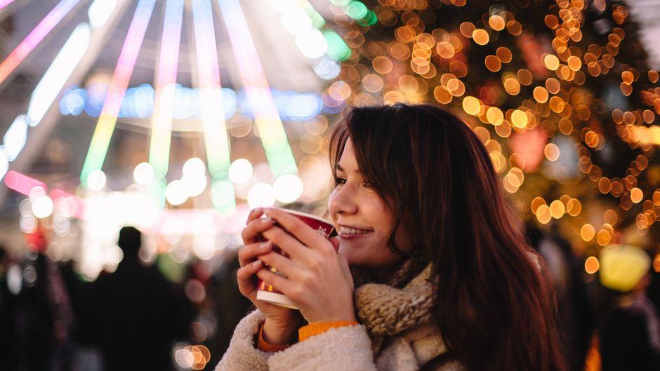 Glühwein trinken auf dem Weihnachtsmarkt – das würden viele Reisende gern mit einem Urlaub in Europa verbinden.