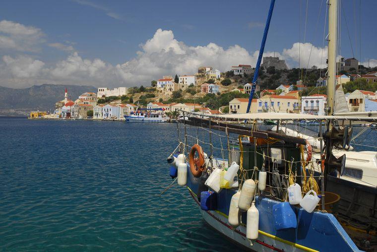 Blick von einem Fischerboot im Hafen von Kastelorizo in Griechenland