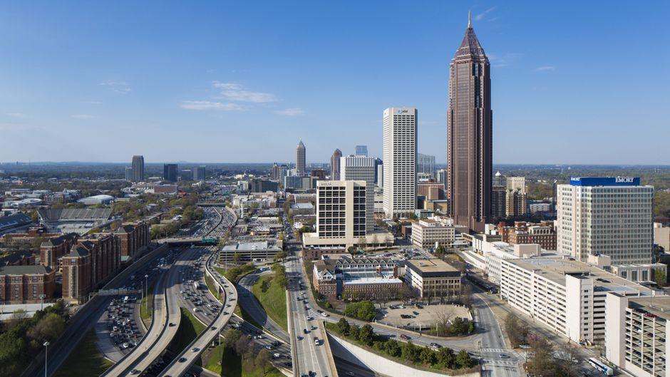 """Beliebtes Motiv: Dieser Blick auf Atlanta, Georgias lebendiges Zentrum, ist aus der ersten Episode der Megaserie """"The Walking Dead"""" vielen Touristen bereits bestens vertraut. Entsprechend viele Menschen versammeln sich auf der Brücke über dem Highway, um ein Erinnerungsfoto zu machen."""