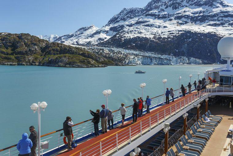 Passagiere an Deck eines Schiffes von Princess Cruises schauen auf den Margerie-Gletscher im Glacier-Bay-Nationalpark.