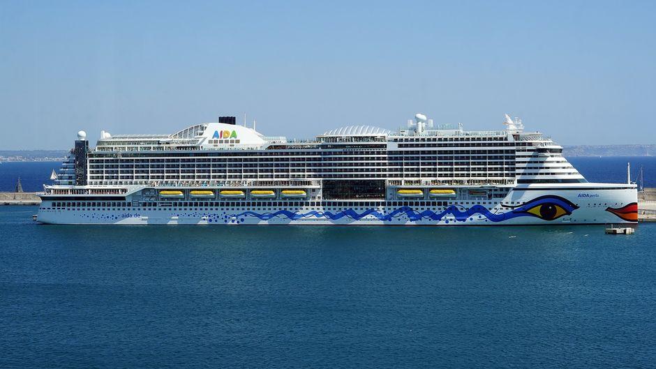 Die AIDAperla ankert im Hafen.