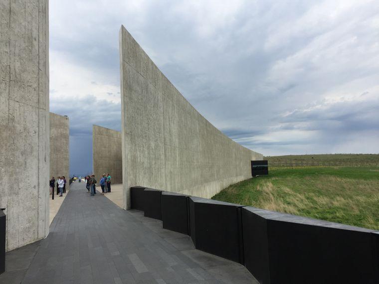 Der schwarze Steinweg zeigt die Strecke, über die das Flugzeug am 11. September schlitterte, am Ende ist eine Aussichtsplattform auf das Feld, wo es liegen blieb.