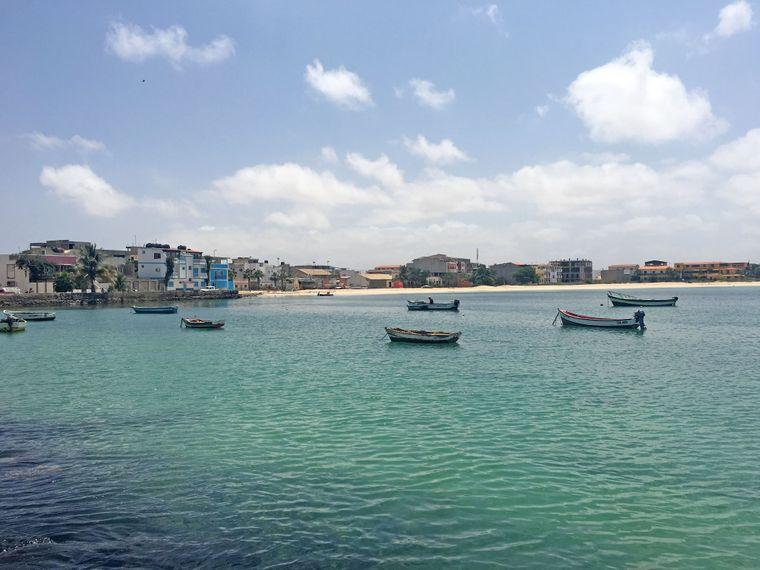 Boote vor der Insel Boa Vista.