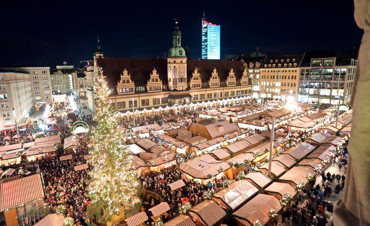 Er?ffnung des Leipziger Weihnachtsmarktes 2017 auf dem Marktplatz in Leipzig. P?nktlich 17 Uhr er?ffnen die Leipziger Raths Pfeiffer den Weihnachtsmarkt .Foto: Andre Kempner